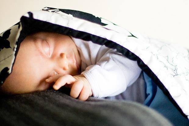 tragetuch das baby ganz nah am k rper tragen. Black Bedroom Furniture Sets. Home Design Ideas
