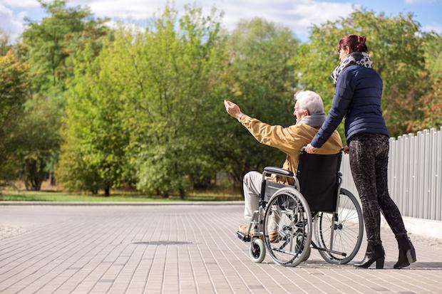 Pflegekraft mit Mann im Rollstuhl | © panthermedia.net /Katarzyna Bia asiewicz
