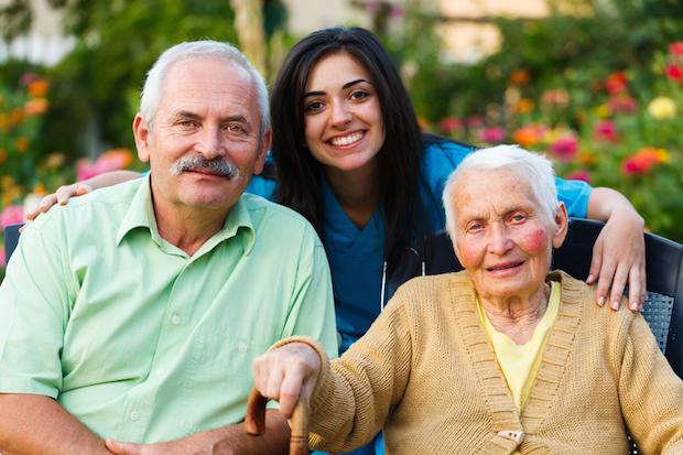 Pflegekraft mit zu betreuenden Menschen | © panthermedia.net /Lighthunter