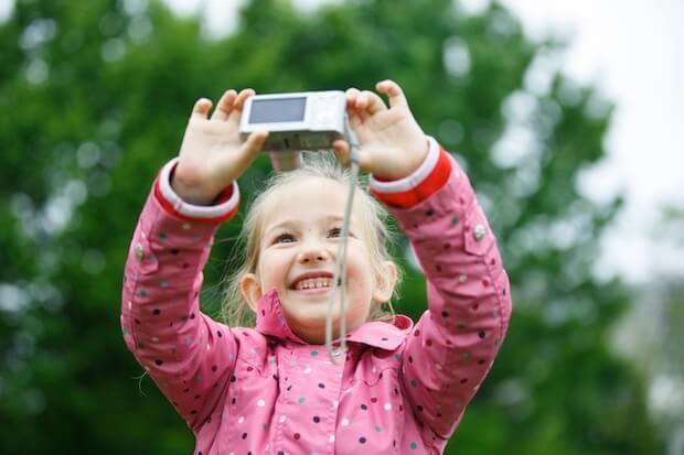 Mädchen macht Selfie mit Digitalkamera | © panthermedia.net / zlikovec