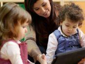 Mutter mit 2 Kindern vorm Tablet | © panthermedia.net / Diego Cervo