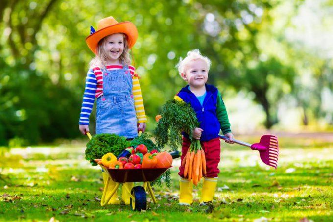 Kinder helfen im Garten | © panthermedia.net /FamVeldman