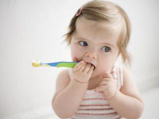 Baby versucht die Zähne zu Putzen | © panthermedia.net /Uwe Moser