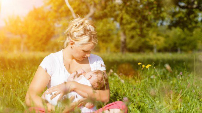 Mutter stillt das Kind | © panthermedia.net /Arne Trautmann