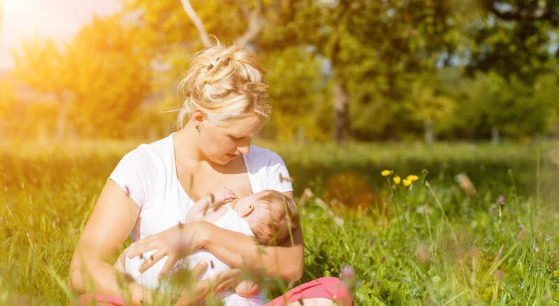 Mutter stillt das Kind   © panthermedia.net /Arne Trautmann