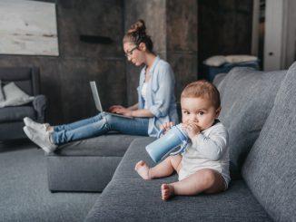 Baby mit Babyflasche | © panthermedia.net /IgorTishenko