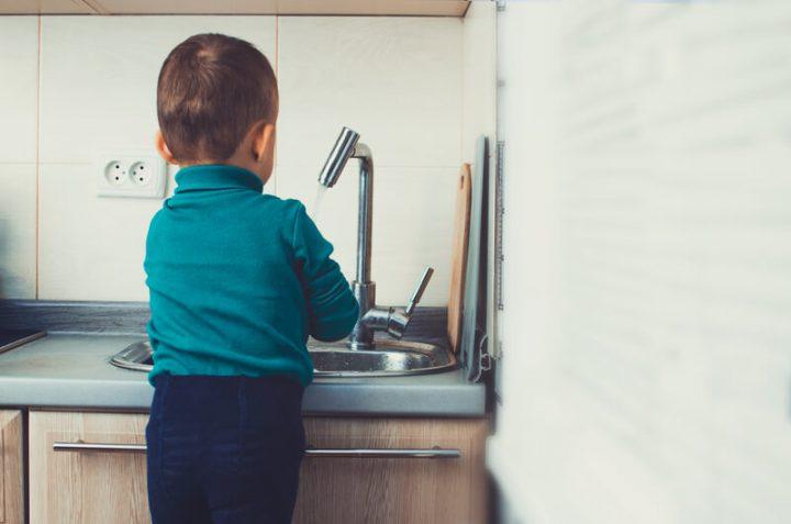 Kleines Kind wäscht sich die Hände   © panthermedia.net /Komokvm