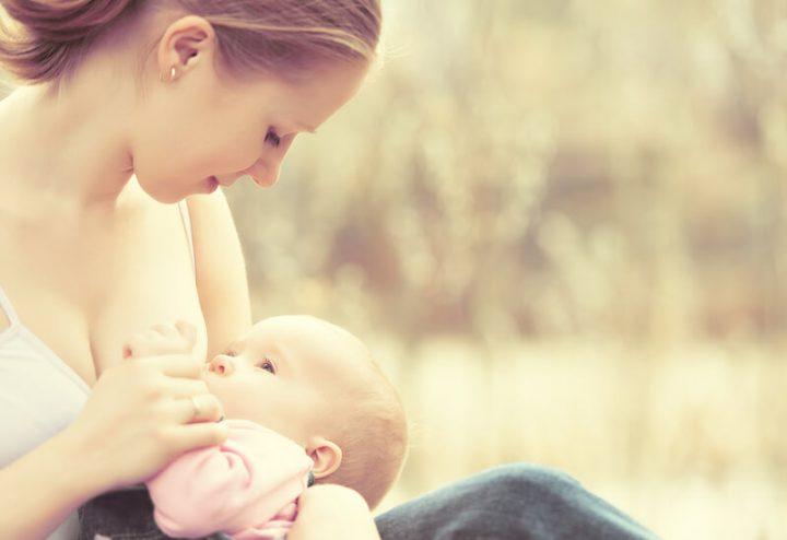 Baby wird in der Weigehaltung gestillt | © panthermedia.net /evgenyataman