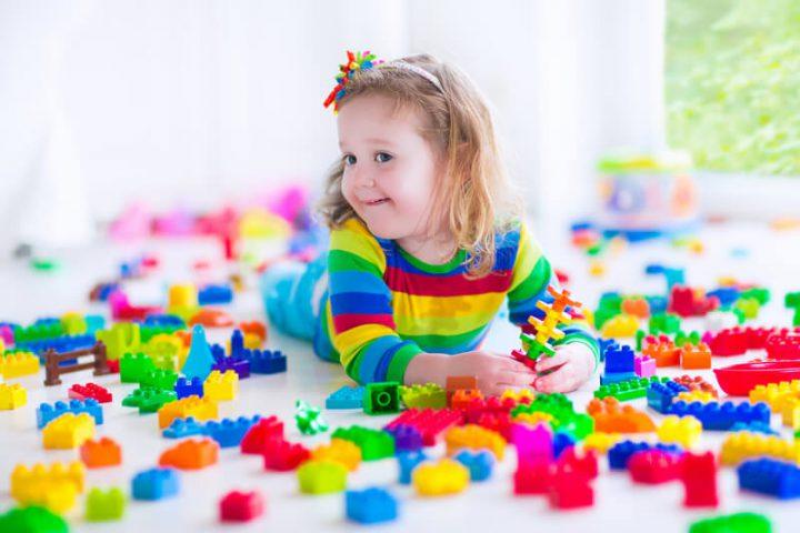 Kind spielt mit buntem Spielzeug | © panthermedia.net /FamVeldman
