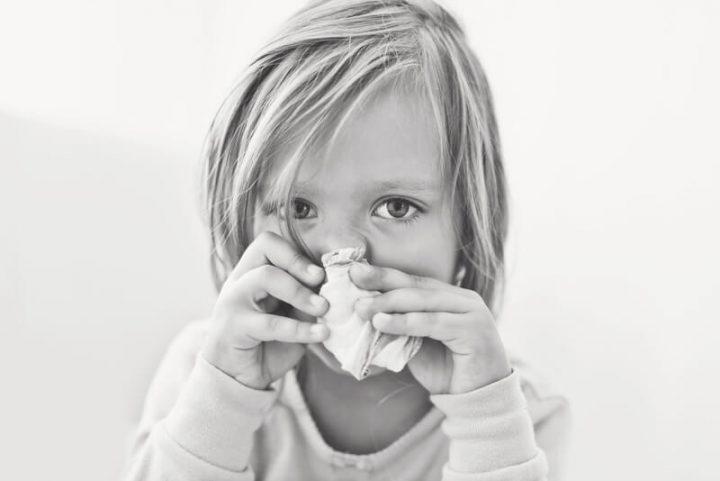 Kind schnaubt sich die Nase   © panthermedia.net /Reanas